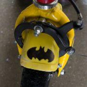 Ausschnitt eines Fahrrades mit Batman-Zeichen