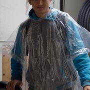 Jugendlicher mit Regenponcho