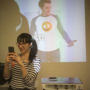 Junge Frau fotografiert bei der Infomesse für Auslandsaufenthalte