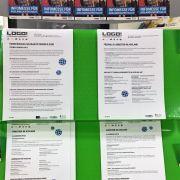 Regal mit Informationsblättern zum Thema Ausland
