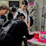 Jugendliche füllen die Gewinnkarten für das Schätzspiel aus
