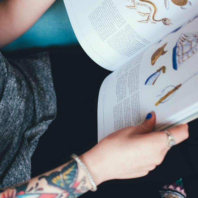 Hand mit Buch