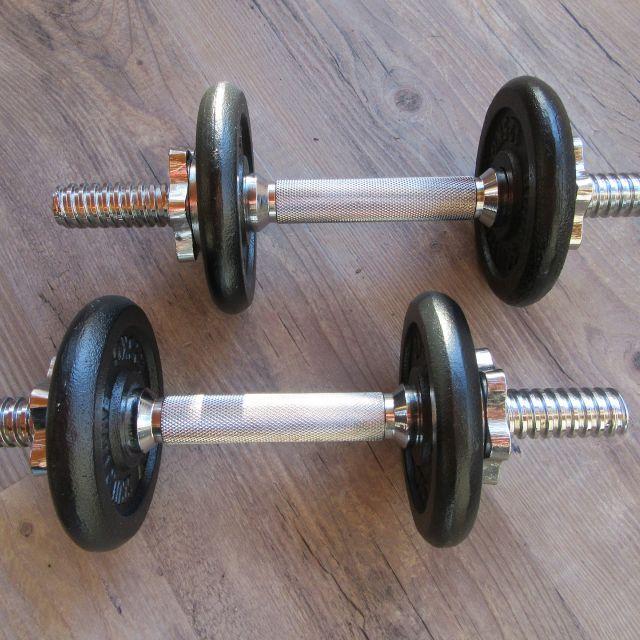 Zwei am Boden liegende Gewichte