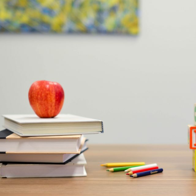 roter Apfel auf Schulbüchern