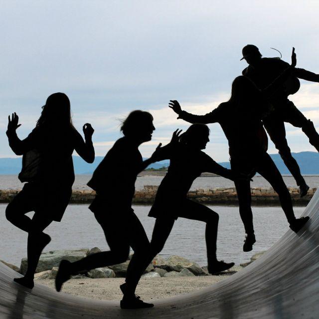 Junge Leute spielend auf einer Halfpipe