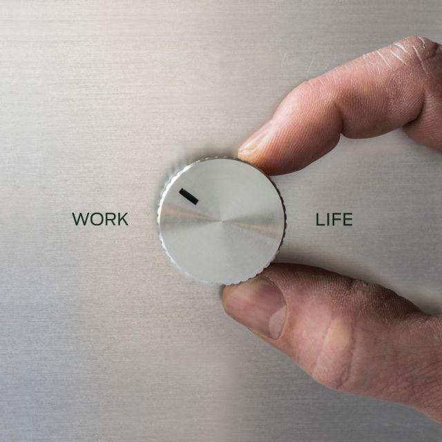 Zwei Finger drehen an einem Regler für Work und Life