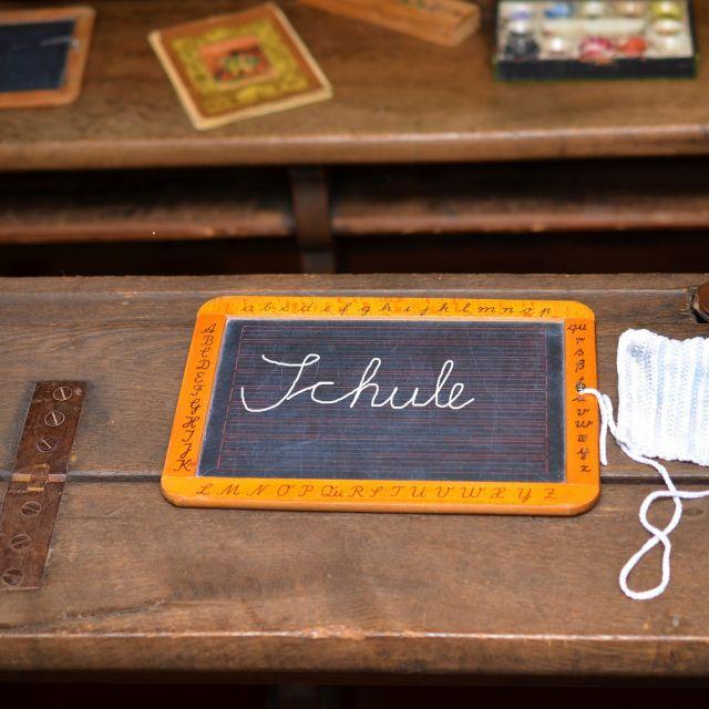 Schiefertafel mit Schriftzug Schule