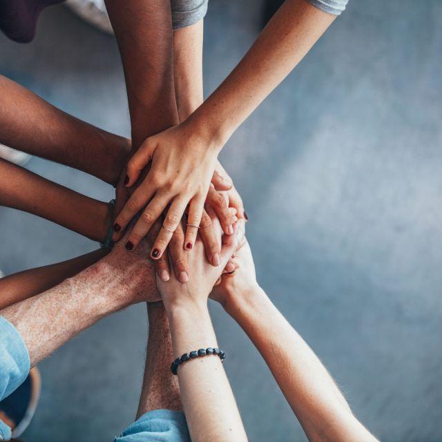 Jugendliche halten Hände zusammen
