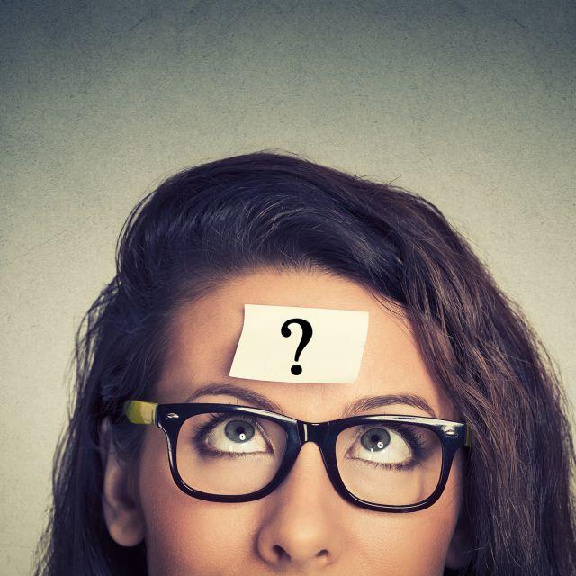 Jugendliche sieht nach oben - hat Fragezeichen auf Stirn kleben