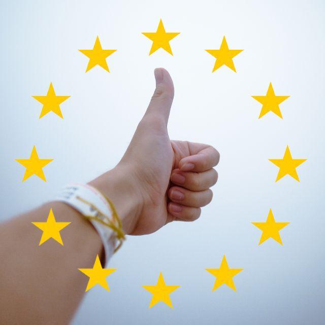 Hochgehaltener Daumen - EU Sterne rundherum