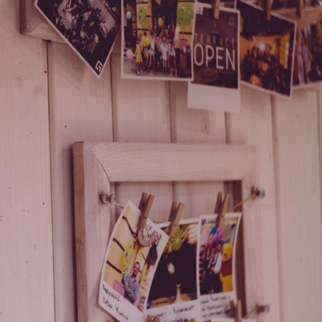 Viele Polaroids auf einer Wand