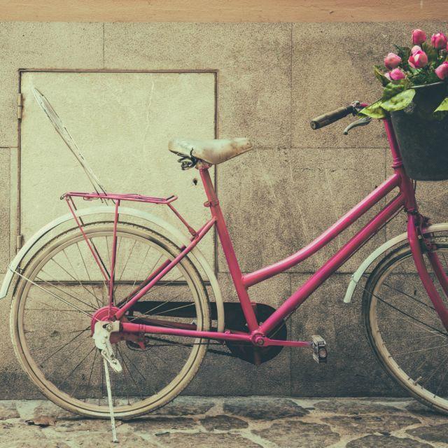 Pinkes Fahrrad mit Blumenkorb