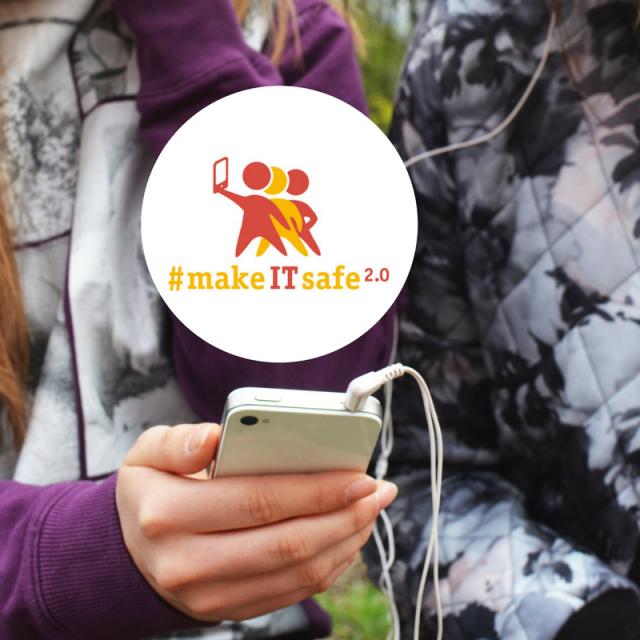 Hand die Smartphone hält - darüber Logo des Projekts make-IT-safe