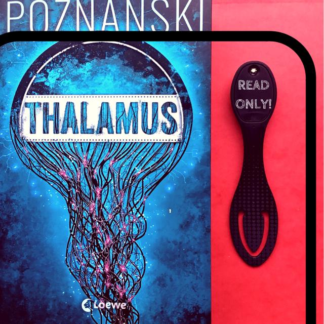 Buchcover Ursula Poznanski - Thalamus plus Abbildung der Flexi Leselampe in Schwarz