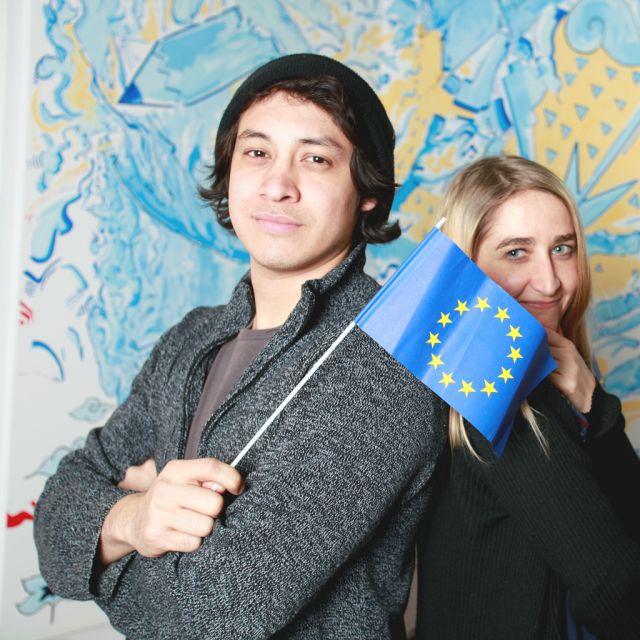 Bursche, Mädchen, EU-Fahne