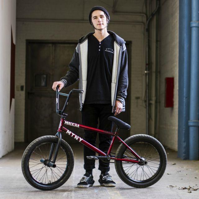 Jugendlicher Bursche mit einem Fahrrad