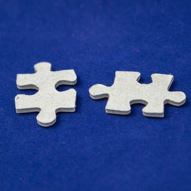 Blauer Hintergrund, zwei Puzzleteile