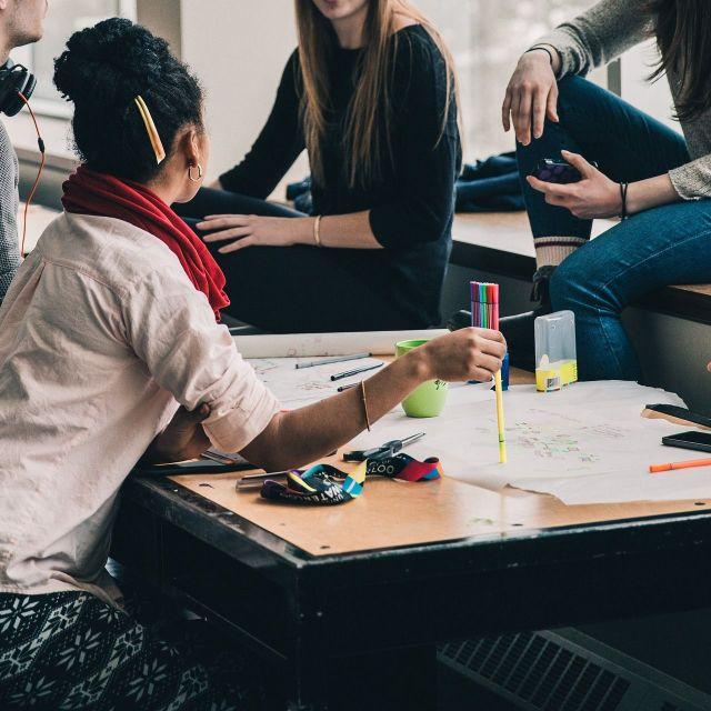 Nachhilfe - Jugendliche lernen gemeinsam