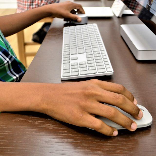 Sujetbild: Bub sitzt vor dem PC