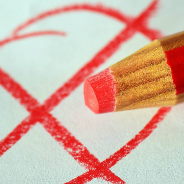 rotes Kreuz und roter Stift